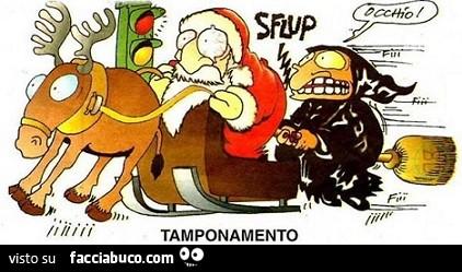 Befana E Babbo Natale.Semaforo Rosso La Befana Con La Scopa Tampona Babbo Natale