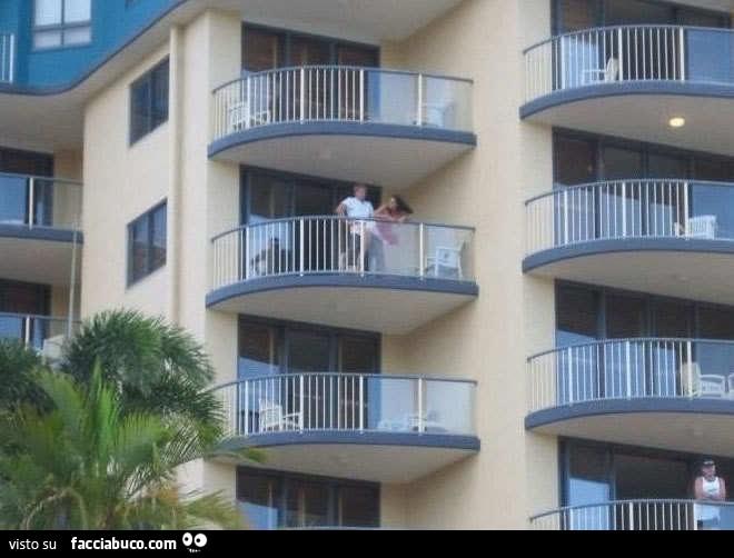 Fanno sesso sul balcone del Residence - Facciabuco.com