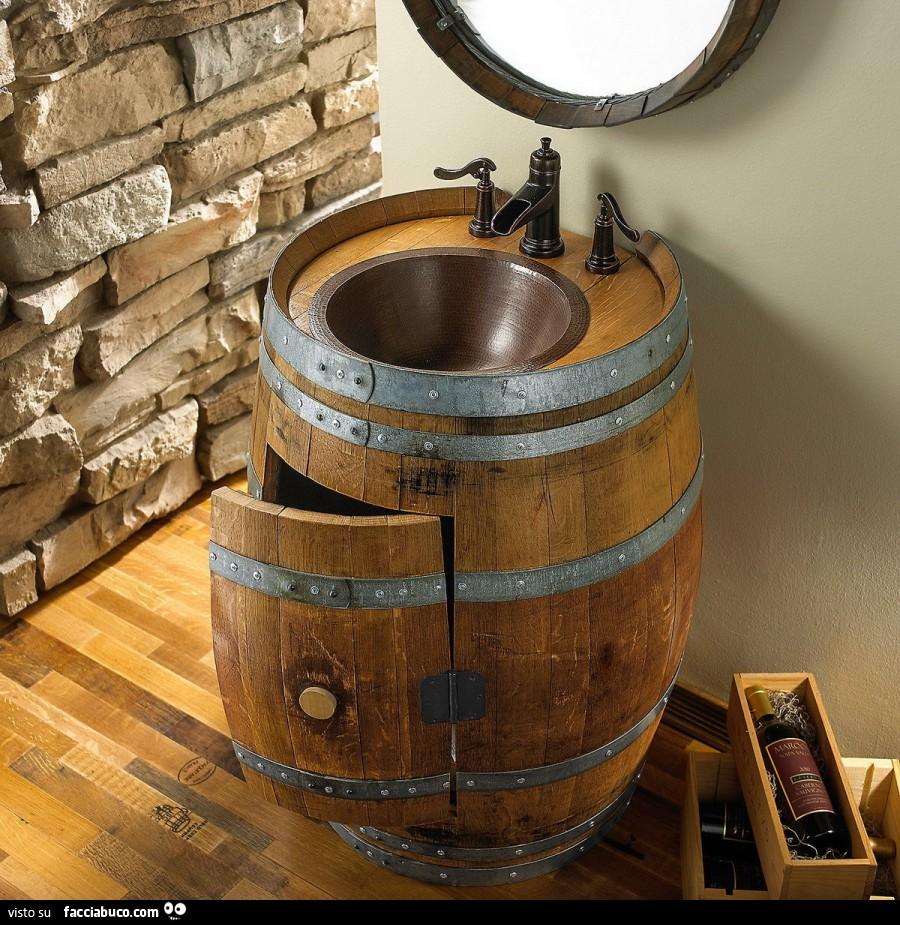 Lavabo incastonato dentro botte di legno - Facciabuco.com