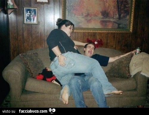Ragazza enorme schiaccia ragazzo sul divano for Divano enorme