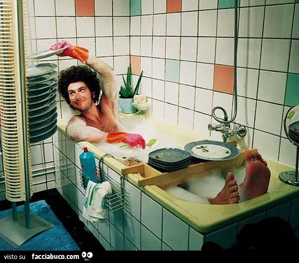 Lavare i piatti mentre ci si fa il bagno nella vasca - 94 si fa in bagno ...